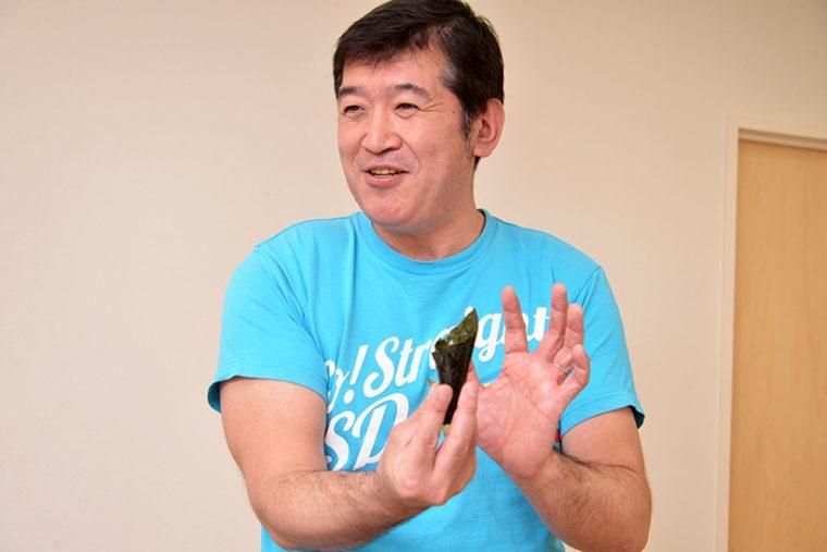↑築地を拠点に乾海苔問屋を営む「鳩屋海苔店」の鵜飼友義代表。海苔が作られる過程をタブレットPCで解説したり、手巻き寿司にオススメの海苔の形を教えてくれたりしました