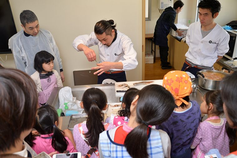 ↑ヤリイカをさばいているのは、魚食コーディ―ネーターの甲斐 昂成(かい こうせい)さん。調理スタッフ兼講師として、浅井さんをお手伝いしていました