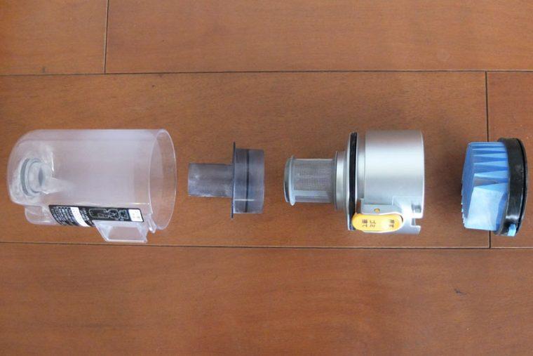 ↑写真左からダストカップ、筒型フィルター下・筒型フィルター上(フィルターカバー)、プリーツフィルター。プリーツフィルターの掃除は付属のクリーニングブラシで行いますが、溝の部分に微細なホコリが溜まり、掃除が大変です。水で洗い流すのも手ですが、その場合は洗浄後に十分乾燥させる必要があります