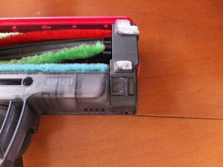 ↑ヘッド裏のブラシカバーは開閉レバー付き。これを「OPEN」のほうにスライドすれば、簡単に外せます
