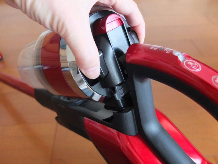 ↑ダストカップ根元の両サイドのボタンを押してカップを外します。両側を押す必要があるのは、やや面倒