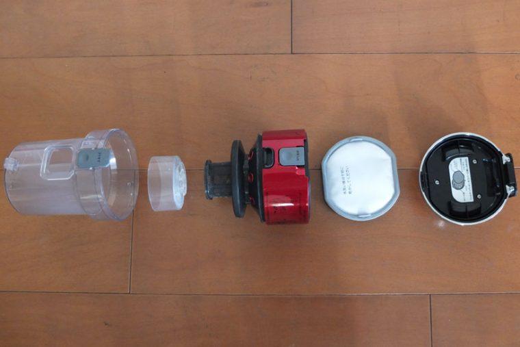 ↑写真左からダストカップ、分離ネット、ダストカップカバー、排気清浄フィルター、上部カバー。サイクロン部も排気清浄フィルターも水洗い可能なのはうれしいです。また、ダストカップカバーに分解の仕方がプリントしてあります。一方ヘッドブラシはベルト駆動で、ベルトの取り外しと装着には苦労しました