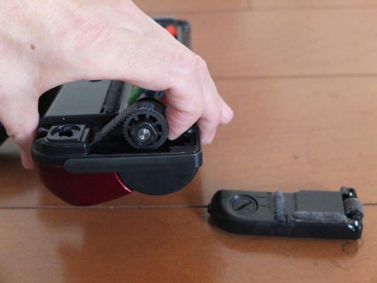 ↑ブラシを駆動するベルトがかなり固めで、取り外しが大変。ブラシカバーもコインなどがないと開けられません
