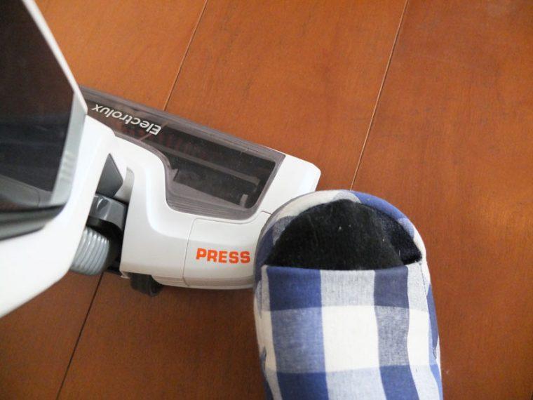 ↑ヘッド右側にある「PRESS」と表示されたスイッチを足で5秒間踏むと、ブラシ内部のカッターで絡まったゴミを切ってから吸引します