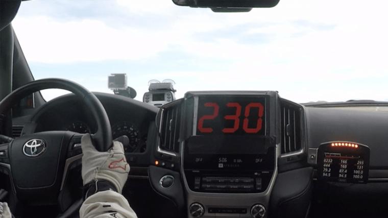 センターパネル中央の速度計は230mph(約370km/h)を表示