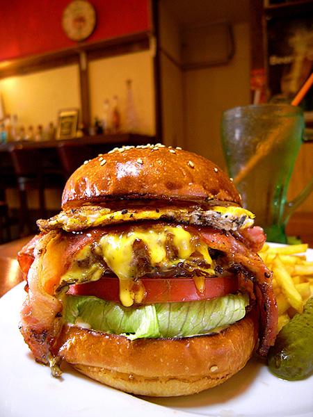 ↑プレーンバンズで作った「ベーコンエッグチーズバーガー」(1400円)。チーズソースが「ちゅるっ」とマイルド。厚切りのオニオンはグリルされてホカホカ・アツアツ!