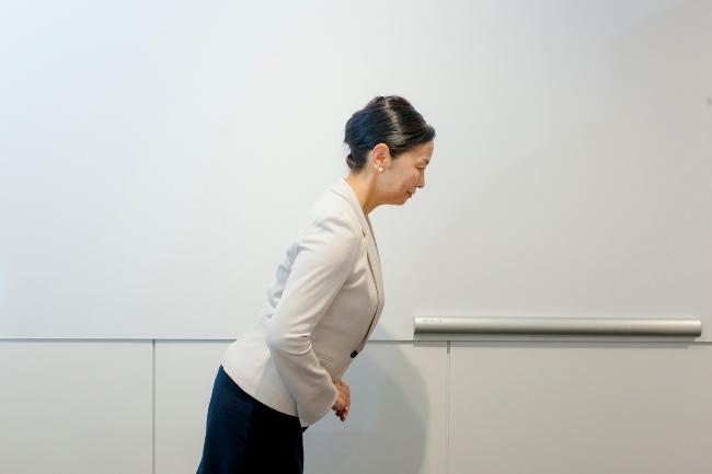 廊下ですれ違う時などのお辞儀。上半身を15度程度傾ける