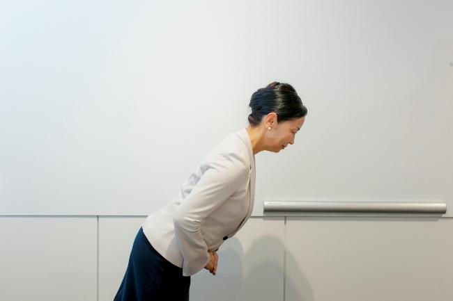 一般的な挨拶の時のお辞儀。上半身を30度程度傾ける