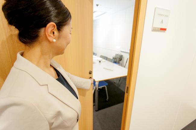 ドアが左開きの場合は左手でノブを持つ