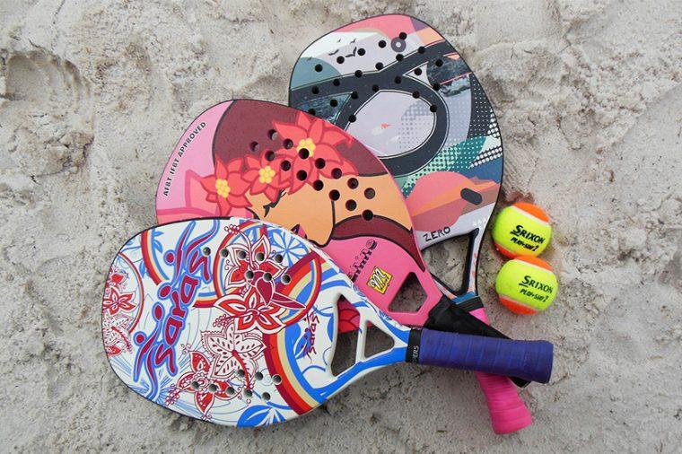 ↑ビーチテニスで使用する「パドル」。カラフルなデザインが自由で明るいビーチスポーツらしさを演出