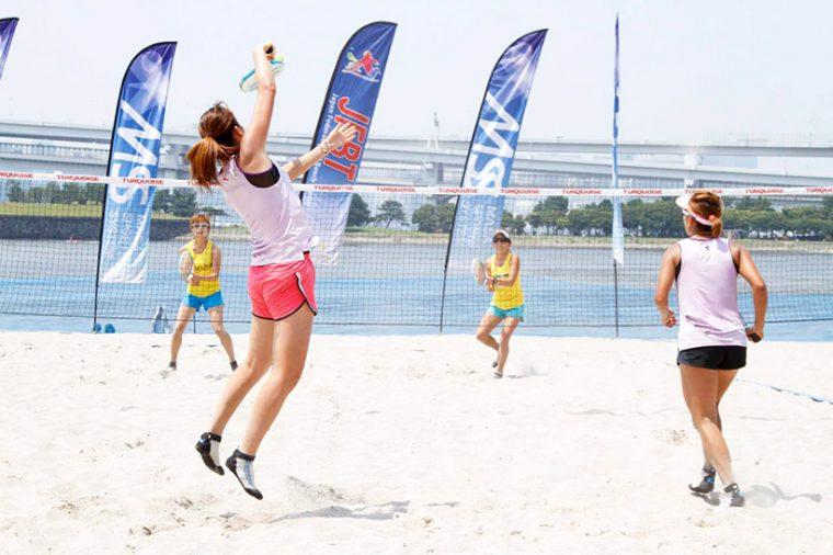 ↑ビーチテニスはダブルスが基本。ミックスダブルスにカップルで参加すれば、さらに絆が深まるかも(逆効果でも責任は持てません!)