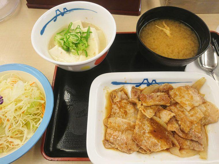 ↑豚バラ生姜焼き定食ライス湯豆腐変更です。当然ですがご飯は見当たりません