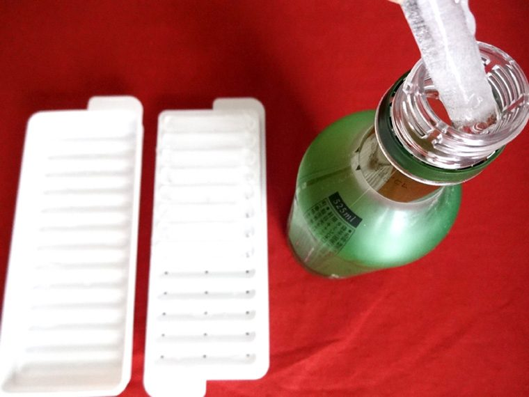 ↑ペットボトルの口は意外に小さいので、普通の四角い氷は入らず。これなら冷やし忘れていたときも便利!