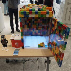 ↑レゴをあしらったBento@YourOffice。冷蔵庫機能があり、お弁当などを入れておくことができます。スマホの専用アプリで中に入っているものを購入するとQRコードが出現し、扉が開けられるようになります。「オフィスグリコ」に似たサービスですが、IoTによってすべてが管理されています