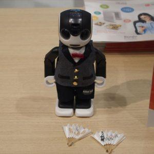 ↑1週年記念でクラウドファンディングで発売している記念スーツを着たロボホン