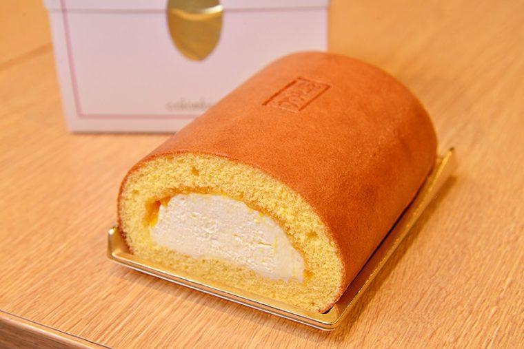 ↑洋菓子店「コロンバン」から発売されている限定商品「碑文谷ロール」1296円。爽やかなみかんが香るなめらかなクリームが絶品です