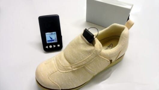 クッション性抜群の靴? いいえ、「見守りデバイス」です――誤差約50cmで位置検索できる介護シューズが新登場!