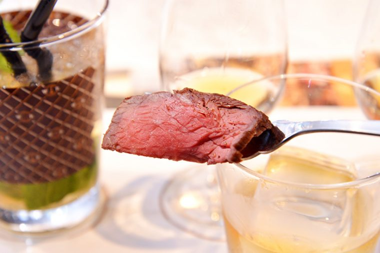 ↑赤身肉。塩とコショウでシンプルに味付けされており、「ウッドフォードリザーブ」のちょうどいいボディ感が絶妙にマッチします