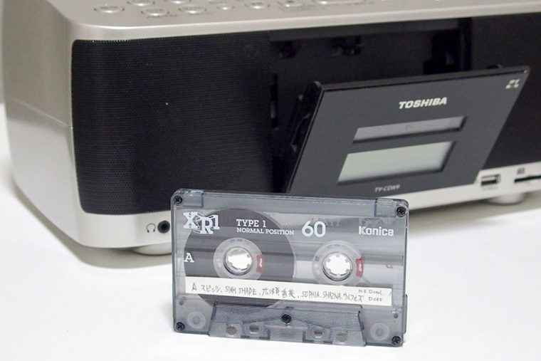 ↑カセットテープは、本体前面のフタをプッシュ・オープンしてセットする