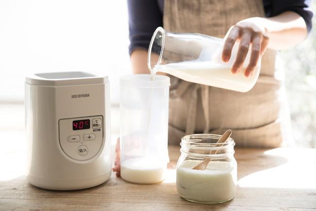 1Lまでの牛乳パックを立ててそのまま入れられるほか、800mlまで付属の容器に移して作れます