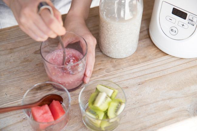 甘酒づくりは材料が、ごはん150g・生米麹150g・水450ml。全部をよく混ぜて容器に入れ、55度8時間にセットしたヨーグルトメーカーに設置。出来上がったら粗熱をとって、冷蔵庫で保存します。 「スイカの甘酒」は、甘酒60g・スイカ100g・氷3片を用意。スイカはひと口大に切り、全ての材料をミキサーにかけます。好みのテクスチャーになるように、少量の水を加えてもOK。 「キウイフルーツとヨーグルトの甘酒」は、甘酒60g・キウイフルーツ1個・ヨーグルト30g・牛乳か水30ml・氷3片を用意。キウイフルーツは皮をむいてひと口大に切り、全ての材料をミキサーにかけて完成