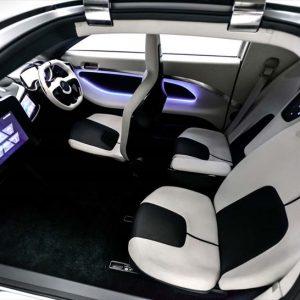 ↑アクシーの車内。シートには快適性に優れる人工皮革を採用