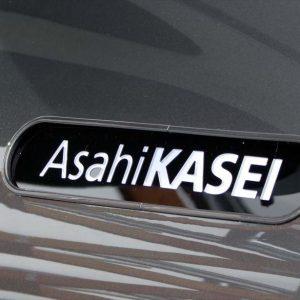 ↑アクシーに貼られている「旭化成(Asahi KASEI)」のロゴマーク