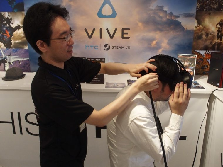 ↑スタッフにHTC VIVEを装着させてもらいます。始めての人でも安心です