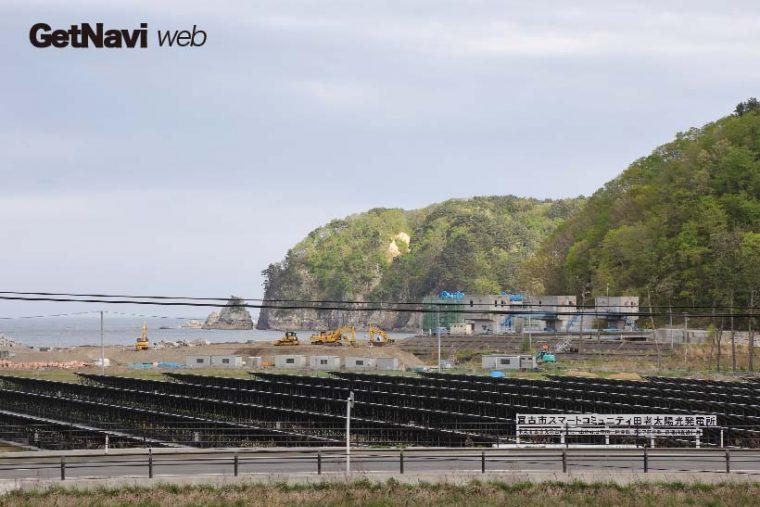 ↑田老駅から見た田老海岸方面、かつての住宅地は更地にされ太陽光発電所となった