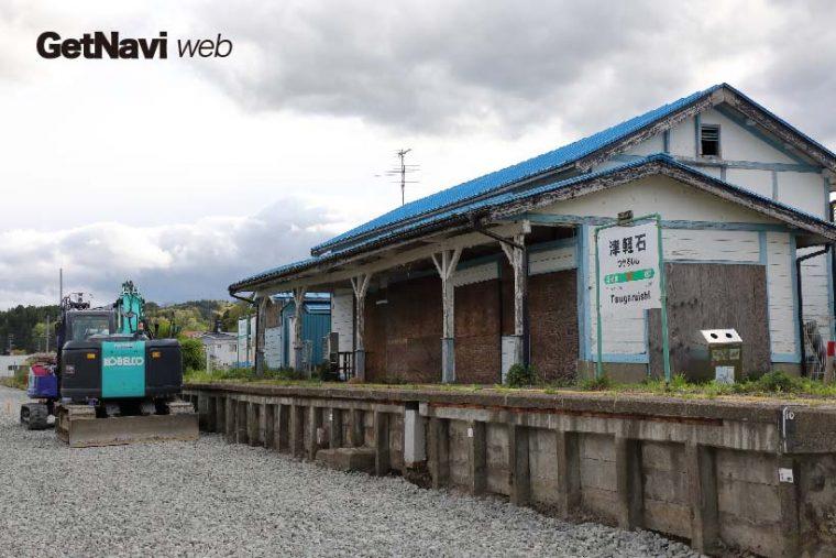 ↑駅舎が残るJR山田線の津軽石駅。ホーム下では路盤の修復工事が進む
