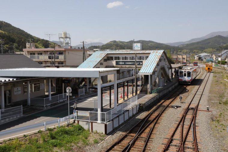 ↑三陸鉄道南リアス線の盛駅(岩手県大船渡市)。この駅から南を走る大船渡線はBRTシステムにより復旧された。三陸鉄道のホームのすぐ横に大船渡線BRTのホームがある