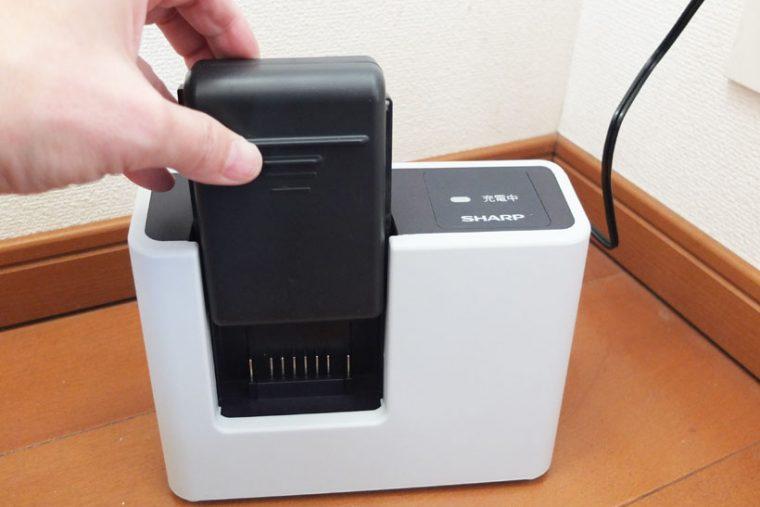 本体から外したバッテリーを、充電台に差し込みます。本体ごと充電するよりスペースが小さくて済むのがメリット。テーブルや化粧台の上で充電することもできます