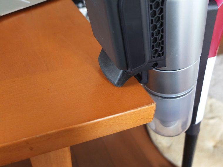 ↑本体後部に硬質ゴム性のホルダーを装備。出窓や棚などに引っ掛けて収納できます