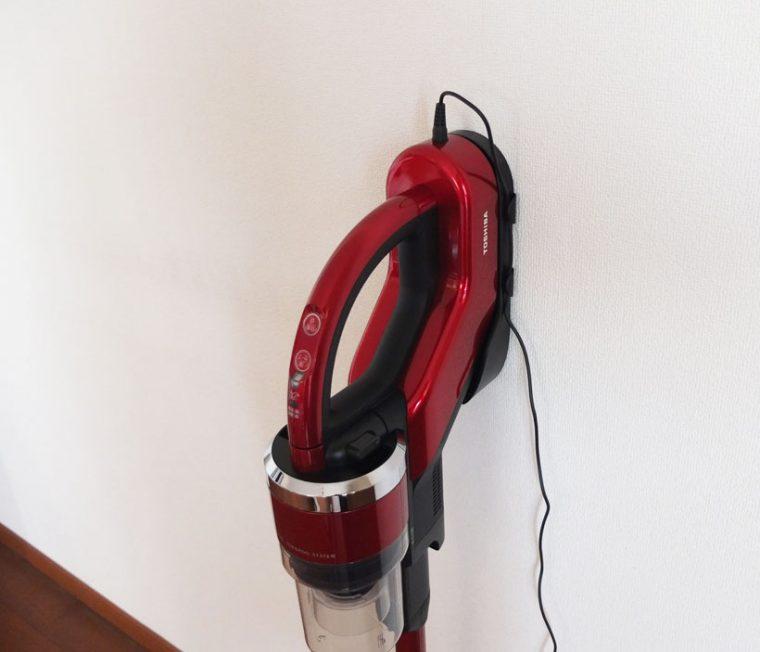 ↑本体を充電台に固定してから、充電プラグを差し込みます。見た目にも、スマートとはいえないのが残念