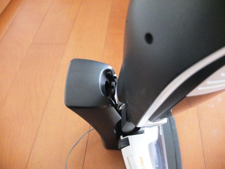↑本体後部の穴に、充電台のフックを差し込んで固定させます