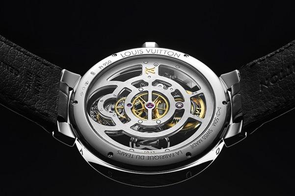 ジュネーブ州にあるルイ・ヴィトンの時計製造拠点「ラ・ファブリク・デュ・タン ルイ・ヴィトン」で作られたCal.LV97がケースバックから確認できる。毎時2万1600振動、80時間パワーリザーブ、構成部品は160個