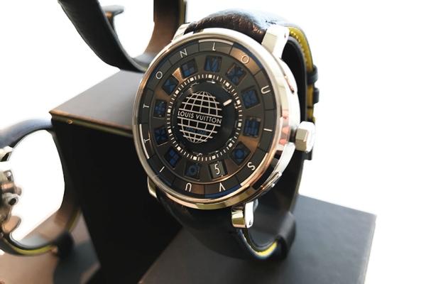 ルイ・ヴィトン「エスカル タイムゾーン ブルー」91万5000円(税抜)/Ref.Q5D220、直径39mm、厚さ8.4mm、SSケース 色は同一系統ですが、段階的に何度も色を足していく手の込んだ作業はブルーも同じ。ルイ・ヴィトンが時計にかける意気込みが伝わってきます。
