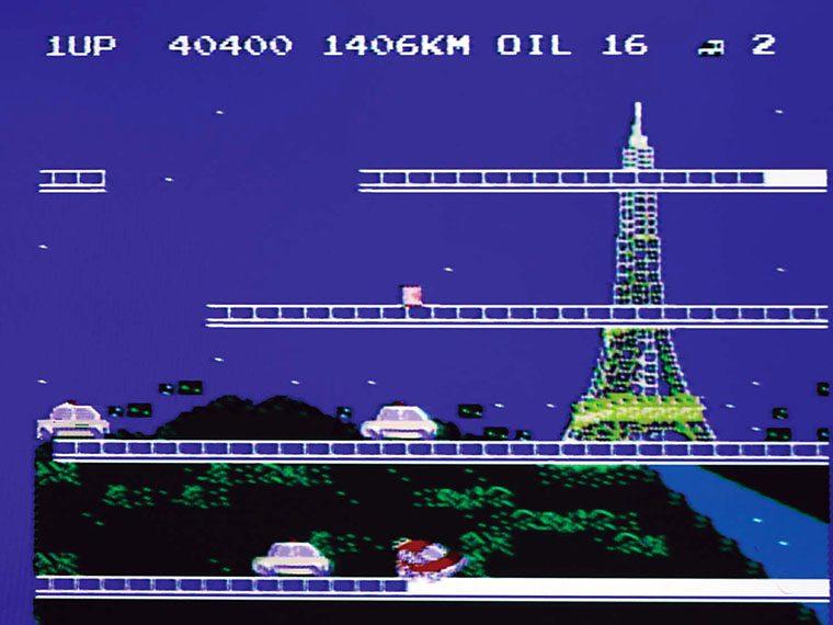 ↑3面はフランス・パリ。各国ごとに敵のパトカーのデザインが異なり、芸が細かい。ステージに落ちているオイルをぶつけると撃退可能だ