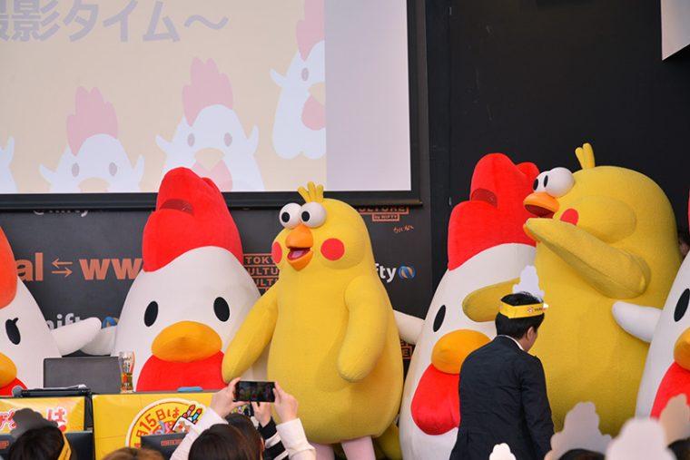 ↑その後、ステージには約1.9mのからあげクンが12体、さらにドコモ「dポイント」のイメージキャラクター・ポインコ兄弟が、友人のお祝いということで会場に駆けつけました