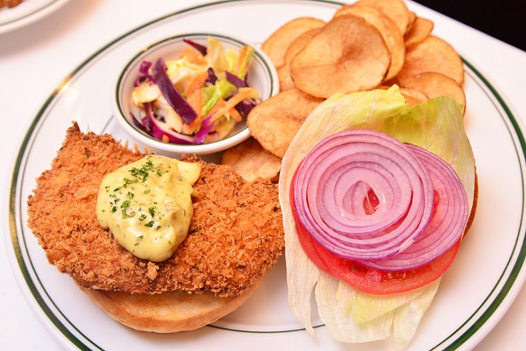 ↑マイアミ スパイスフィッシュバーガー(1900円)。白身魚にミックススパイスをまぶしたパン粉でクリスピーに仕上げたフライと、オリジナルタルタルソースが決め手のマイアミ スタイル