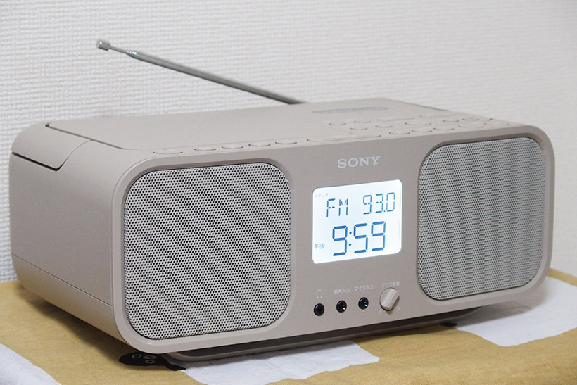 ↑サイズはW320×H134×D199mmとコンパクトにまとまっており設置しやすい。背部にはFMラジオ用の伸縮式アンテナを装備