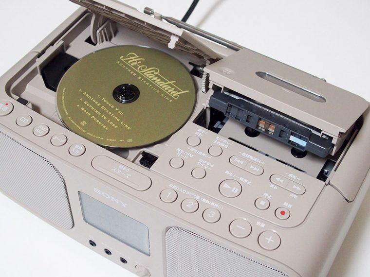 ↑CD、カセットはともに本体上部のフタをプッシュ、オープンしてセットする