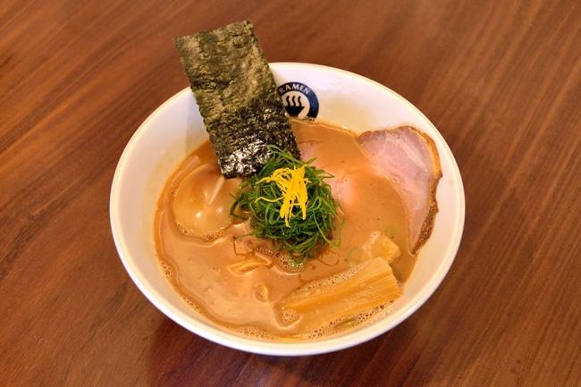 らーめん(¥780)に、燻製味付玉子(¥150)をトッピング。動物系のスープに鰹、宗田鰹、羅臼昆布などを合わせて炊き、さらに水出し魚介ダシで力強さと香り高さを両立。そこに森田醤油の「再仕込み三年熟成醤油」をメインに3種ブレンドしたタレが加わり、三河屋製麺の中細ストレート麺がガッチリとマッチします