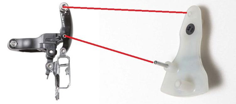 ↑ケーブル固定位置判別工具の裏面にある上の凸部をフロントディレイラーの上部ボルト穴、金属の凸部をフロントディレイラーの中央の穴に固定する