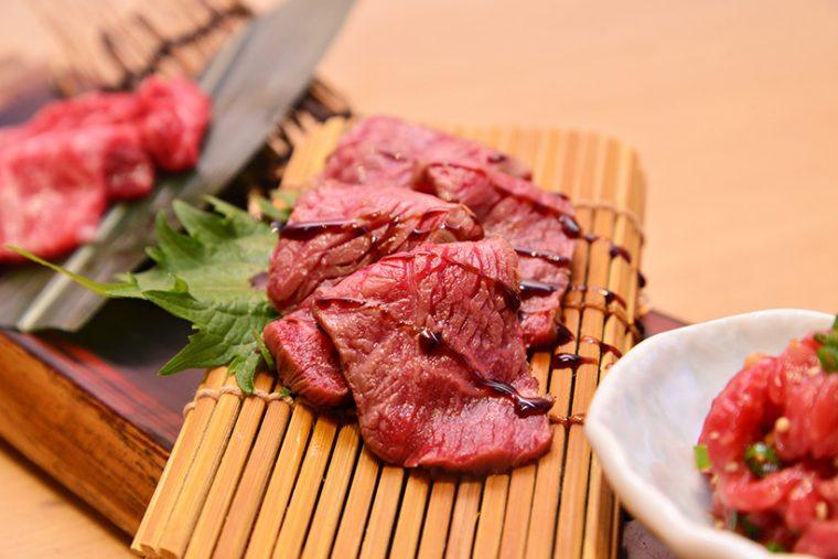 ↑タタキは、ソトモモにあたる部位・なか肉を絶妙な火加減で炙ったもの。ほんのり甘いつめダレとともに味わえば、ミルキーな旨味が口いっぱいに広がります。お好みでワサビや生姜を