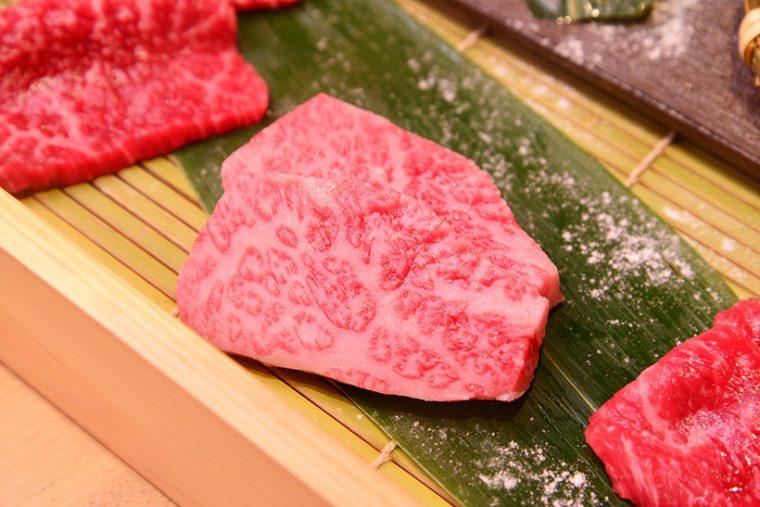 ↑一般的に脂がのったバラ肉のことをカルビと呼びますが、そのなかでも特に上質な部分がこのトップバラ。融点が極めて低く、口のなかでとろける食感と濃厚な旨味が特徴で、余韻はシルキーで実になめらか
