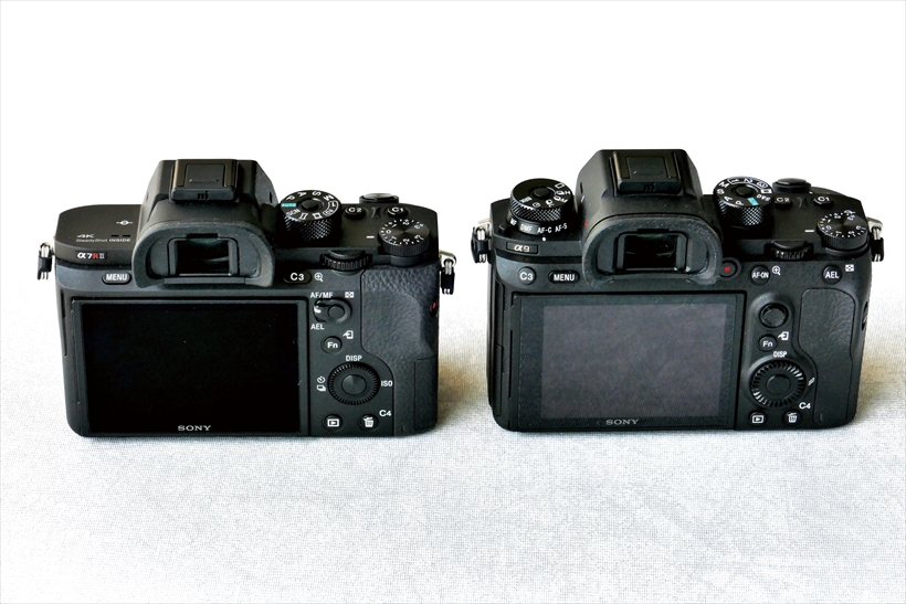↑α7RII(左)とα9(右)。ドライブモードダイヤルの追加のほか、カスタムボタンや動画撮影ボタンなどの配置が変更されているが、基本的なレイアウトは従来機同様。背面のコントロールホイールが大きくなり、操作しやすくなっている。