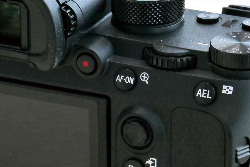 ↑動画ボタンが背面に移設され、動画撮影も行いやすい
