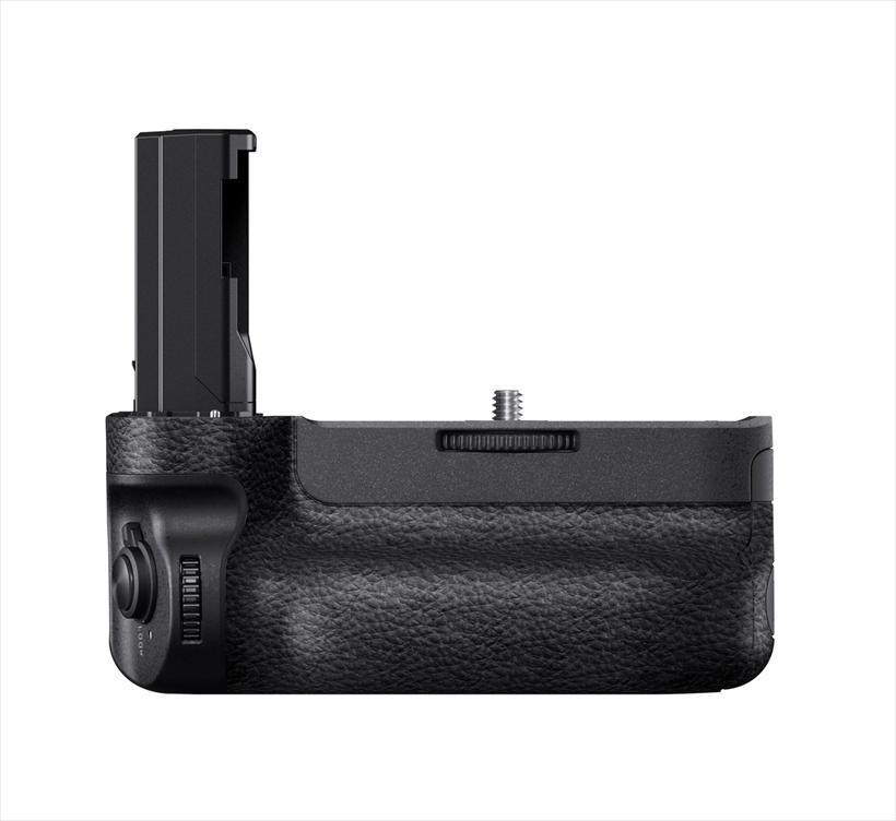 ↑縦位置グリップは、専用のVG-C3EM(参考価格/ 3万6990 円)を用意。バッテリーを2 本挿入でき、長時間撮影に対応可能だ