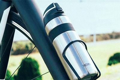 ↑さまざまなボトルゲージにフィットする最大径約73mmのスリムサイズ。本体重量も約270gと軽量なので、カバンの中に入れるなど普段つかいにも最適な一本です